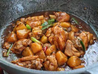土豆炖鸡腿,待土豆和鸡块熟了加入少许盐大火翻炒收汁,撒入葱叶段关火即可。