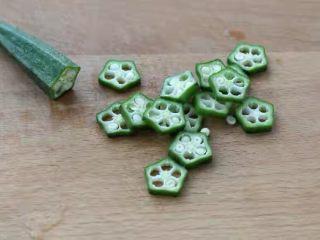 水嫩蒸蛋,秋葵洗净切成厚度约为0.3厘米的片状,具体用多少秋葵自己看着来,多几个少几个的无所谓。
