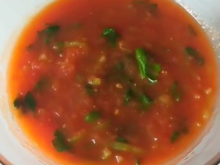 卤面条,番茄酱。番茄去皮剁碎,倒入适量油炒出番茄酱,在放入一个尖椒丝,香菜,加入适量盐即可。