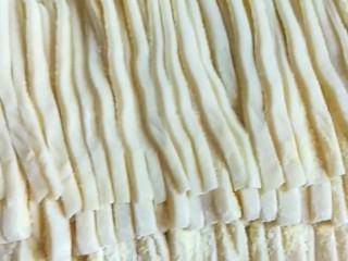 卤面条,折叠在切成面条。