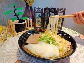 卤面条,加入卤料拌均匀,在加上两个荷包蛋,两午餐肉,加入菜码,撒上香葱。