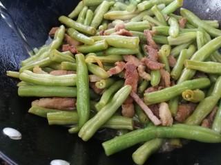 豆角焖肉,加适量开水。