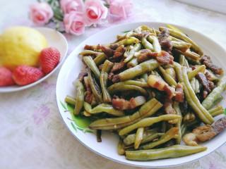豆角焖肉,汤汁收浓洒上蒜末炒匀即可,无敌下饭。