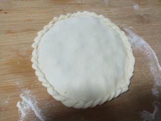 胡萝卜鸡肉饼,预防开边在捏花边。