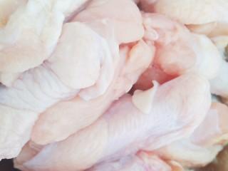 土豆炖鸡腿,一斤小鸡腿清洗干净备用。