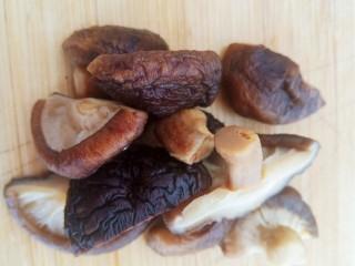 土豆炖鸡腿,泡发好的香菇对半切开。