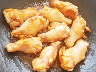 土豆炖鸡腿,加入鸡腿翻炒至均匀上色。