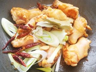 土豆炖鸡腿,加入准备好的配料一起翻炒均匀。