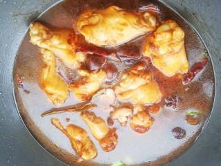土豆炖鸡腿,加入适量清水和香菇开始炖煮。