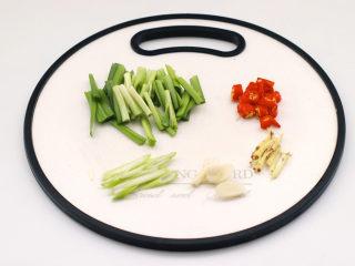炖带鱼,韭菜切段,葱姜蒜切碎,小米辣切圈。