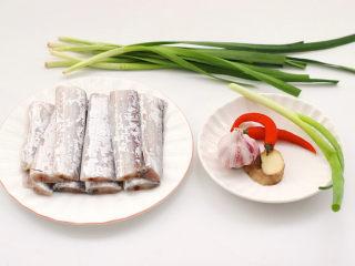 炖带鱼,首先备齐所有的食材,带鱼去头掐尾内脏洗净。