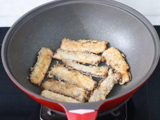 炖带鱼,把带鱼煎至两面金黄色盛出备用。
