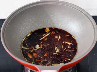 炖带鱼,倒入调制好的调料汁。