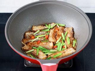 炖带鱼,大火烧开收汁后,撒上韭菜段即可。
