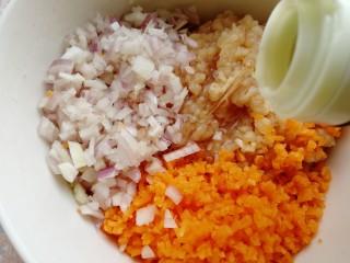 胡萝卜鸡肉饼,切碎的食材放入大碗里,加料酒去腥。