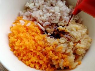 胡萝卜鸡肉饼,加生抽提鲜,搅拌均匀。