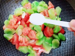 番茄炒莴笋,加入盐。