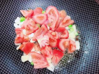 番茄炒莴笋,放入番茄翻炒均匀。