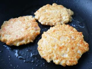 胡萝卜鸡肉饼,文火煎至两面金黄即可。