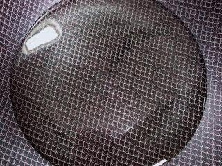 炸山药,锅中倒入油,加热至五成热。