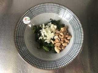 凉拌莴笋叶,将蒜末和花生米一起放入碗中