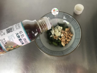 凉拌莴笋叶,淋入1勺沙拉汁