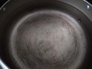 红枣小米燕麦粥,锅中放入适量水烧开