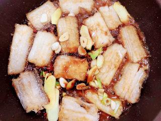 炖带鱼,再加入料酒、蚝油、生抽、老抽、香醋。