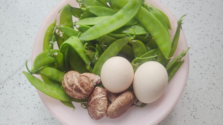 荷兰豆炒鸡蛋,首先我们准备好所有食材