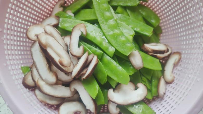 荷兰豆炒鸡蛋,鲜香菇洗净之后切成片,荷兰豆洗净