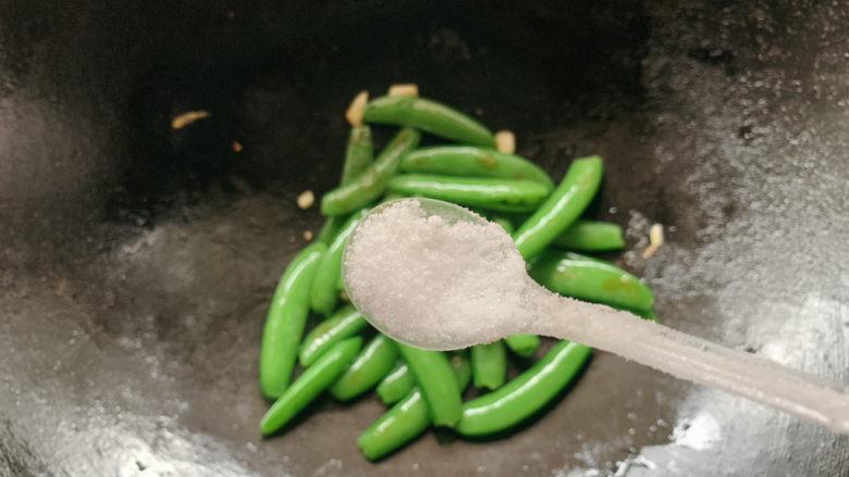 荷兰豆炒鸡蛋,加适量盐