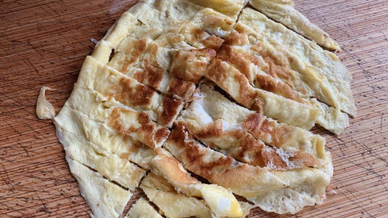荷兰豆炒鸡蛋,出锅切成条块状