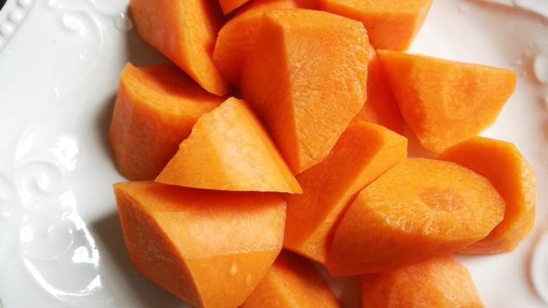 胡萝卜筒骨汤,胡萝卜切块,