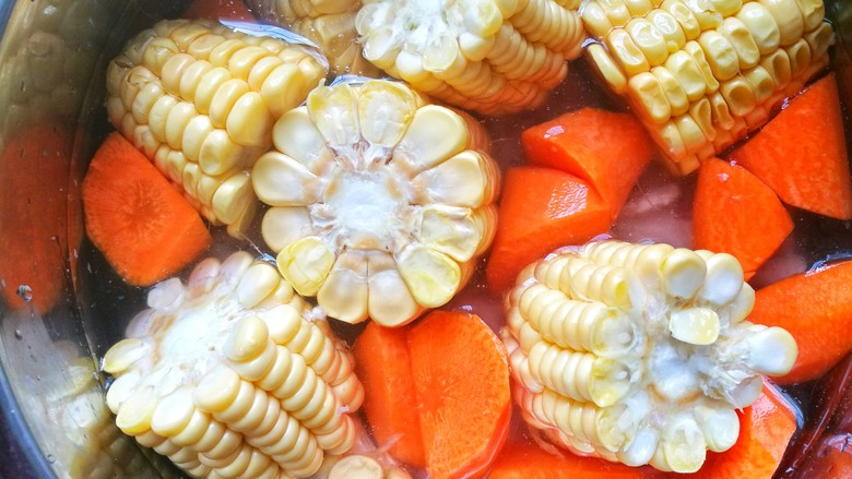 胡萝卜筒骨汤,加入没过食材的水。开启煲汤模式炖熟。