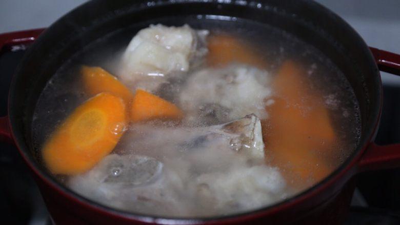 胡萝卜筒骨汤,大火煮开后转小火煮半个小时