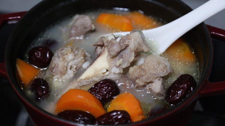 胡萝卜筒骨汤,拌匀后继续煮一分钟即可