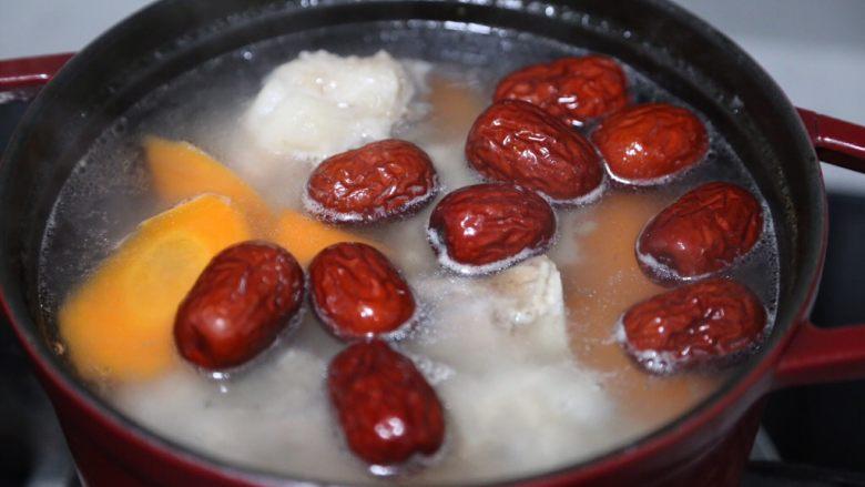 胡萝卜筒骨汤,再加入红枣继续煮一小时