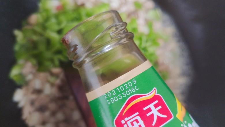 杏鲍菇炒鸡丁,加适量蚝油,翻炒均匀