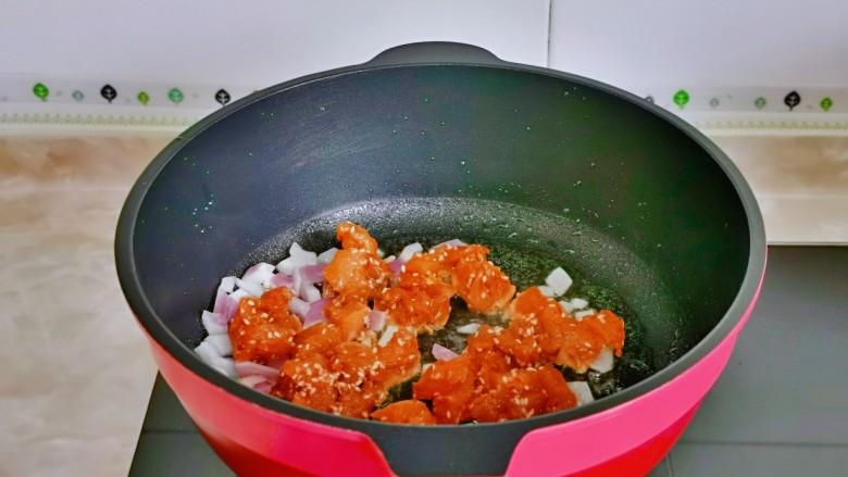 杏鲍菇炒鸡丁,再加入腌制好的鸡胸肉。