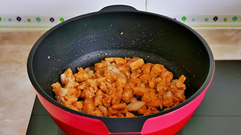 杏鲍菇炒鸡丁,小火翻炒至鸡丁变色盛出备用。