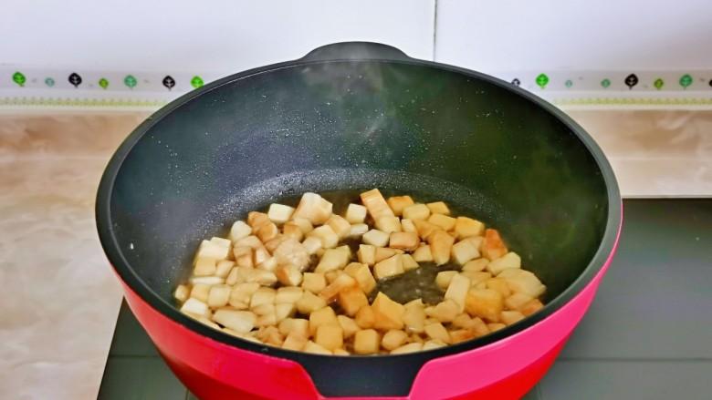 杏鲍菇炒鸡丁,加入1汤勺纯净水,小火将杏鲍菇煮熟。