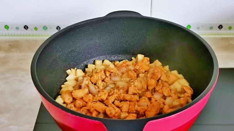 杏鲍菇炒鸡丁,加入煸炒过的鸡丁。