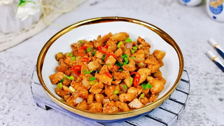 杏鲍菇炒鸡丁,盛出装盘,点缀上葱花与辣辣段。