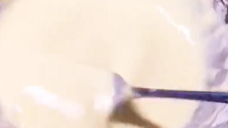 素卷三丝,搅拌成糊状。