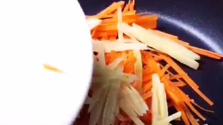 素卷三丝,锅中倒入适量油炒香葱花倒入三丝。