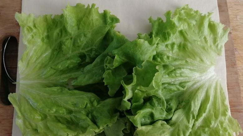 素卷三丝,豆皮上先铺生菜。