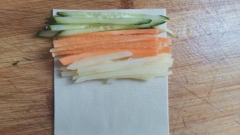 素卷三丝,一张豆皮加入黄瓜丝,胡萝卜丝和土豆丝卷起来