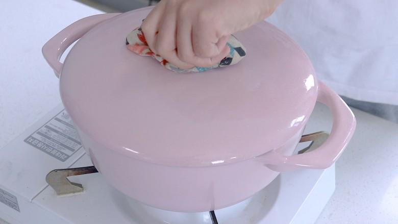 胡萝卜筒骨汤,焯水,这一步可以煮出棒骨的血水杂质,后面炖出的汤会很干净