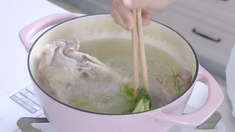 胡萝卜筒骨汤,捞出葱结,姜片和八角丢掉