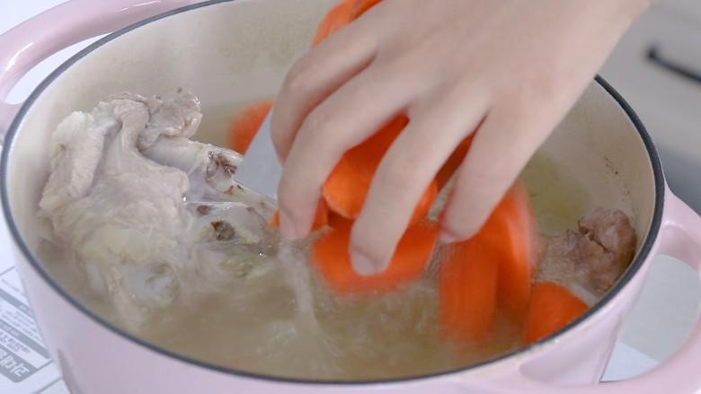 胡萝卜筒骨汤,放入胡萝卜